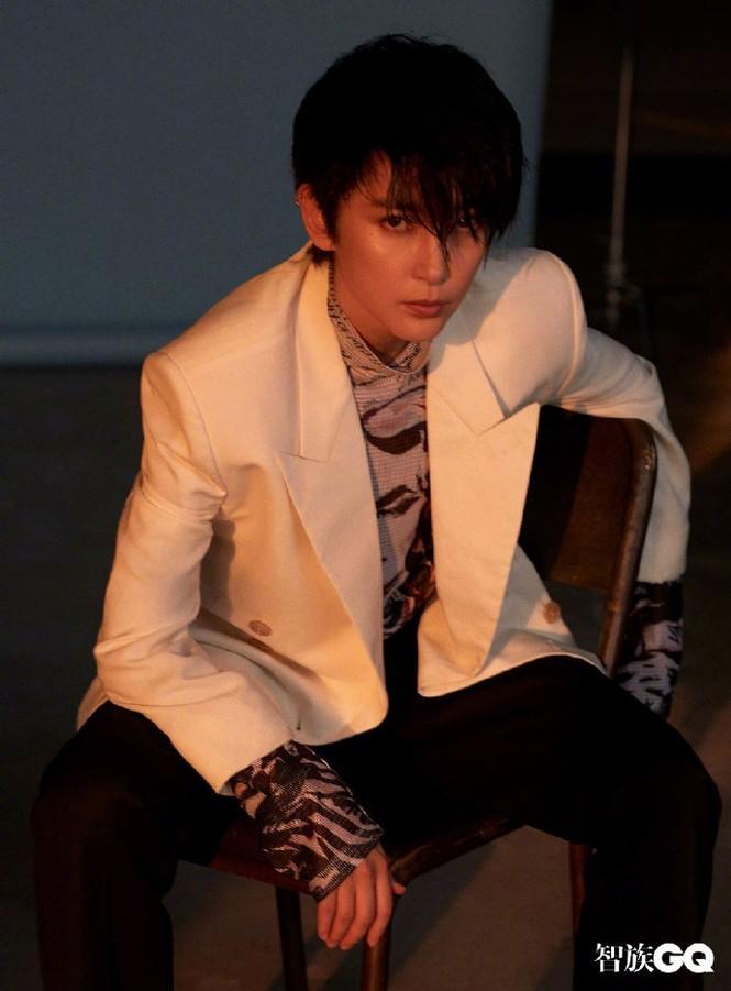Lý Băng Băng cắt tóc ngắn, mặc vest đầy nam tính trên tạp chí gây sốc - ảnh 2