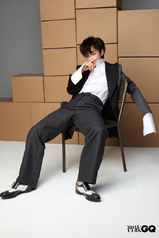 Lý Băng Băng cắt tóc ngắn, mặc vest đầy nam tính trên tạp chí gây sốc - ảnh 4