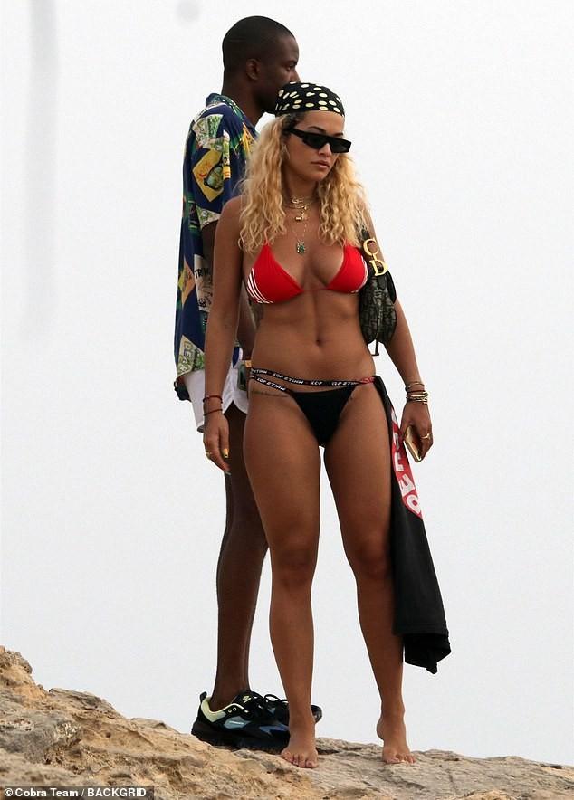 Rita Ora tiếp tục 'đốt mắt' fans với bikini đỏ-đen khoe đường cong hút mắt - ảnh 1