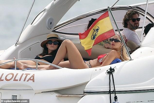 Rita Ora tiếp tục 'đốt mắt' fans với bikini đỏ-đen khoe đường cong hút mắt - ảnh 6