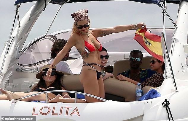Rita Ora tiếp tục 'đốt mắt' fans với bikini đỏ-đen khoe đường cong hút mắt - ảnh 7