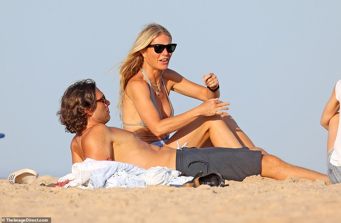 'Bạn gái Iron Man' hôn đắm đuối chồng, đi nghỉ cùng người cũ - ảnh 3