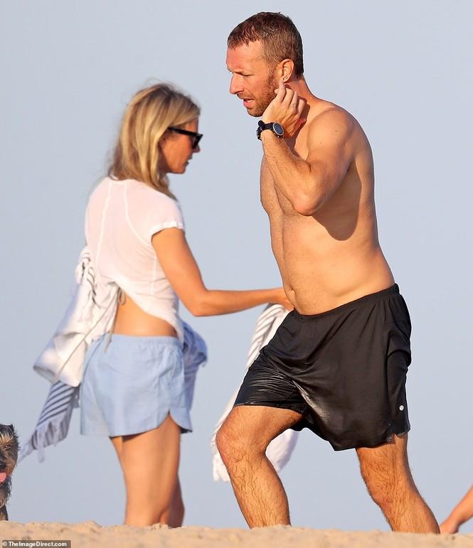'Bạn gái Iron Man' hôn đắm đuối chồng, đi nghỉ cùng người cũ - ảnh 2