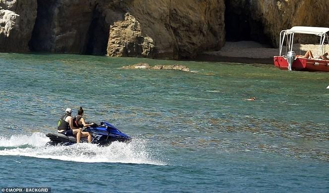 'Ông chú bụng bia' Leonardo DiCaprio nữ tính, bạn gái 9x lướt ván điệu nghệ - ảnh 3