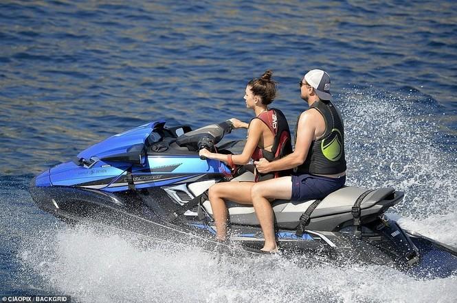 'Ông chú bụng bia' Leonardo DiCaprio nữ tính, bạn gái 9x lướt ván điệu nghệ - ảnh 2