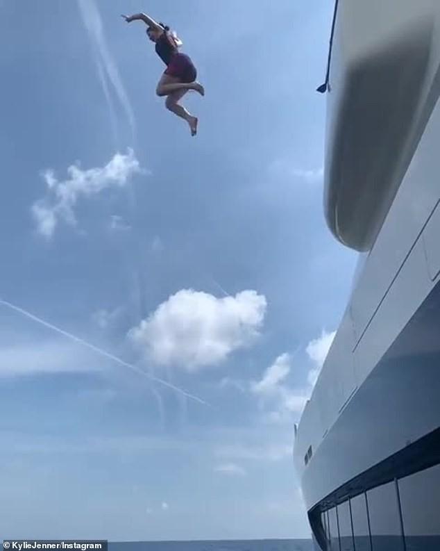 Hậu bị chê già, Kylie Jenner nhảy từ du thuyền cao hơn 21m xuống biển - ảnh 1