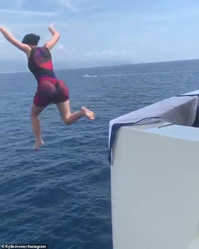 Hậu bị chê già, Kylie Jenner nhảy từ du thuyền cao hơn 21m xuống biển - ảnh 2