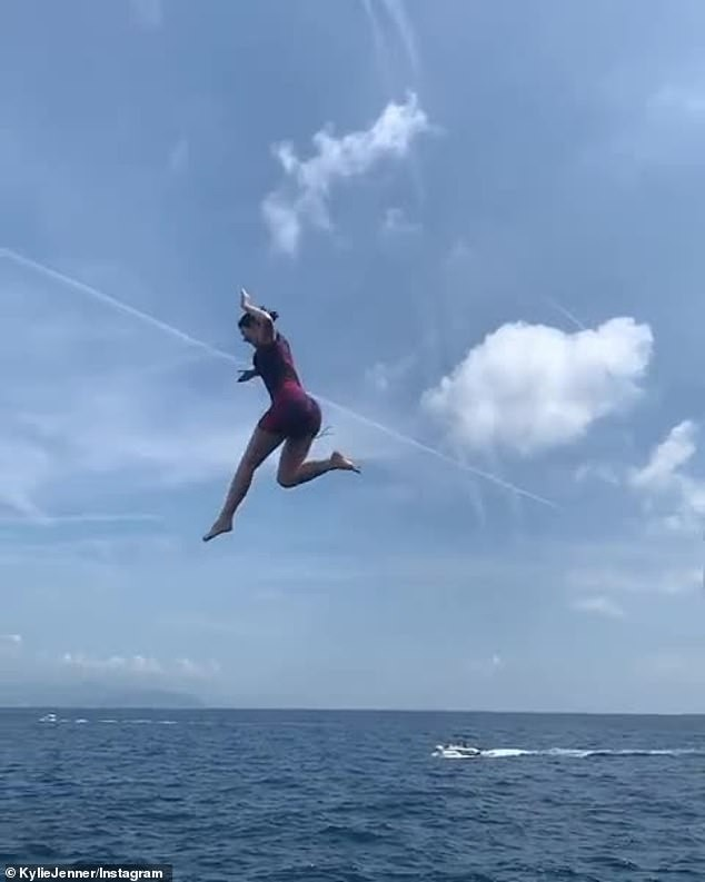 Hậu bị chê già, Kylie Jenner nhảy từ du thuyền cao hơn 21m xuống biển - ảnh 3
