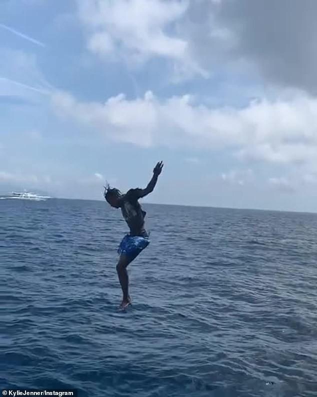 Hậu bị chê già, Kylie Jenner nhảy từ du thuyền cao hơn 21m xuống biển - ảnh 5
