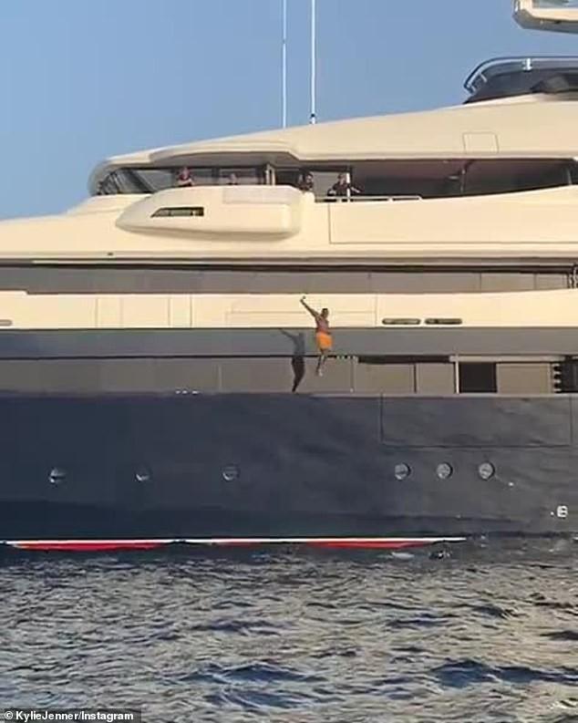 Hậu bị chê già, Kylie Jenner nhảy từ du thuyền cao hơn 21m xuống biển - ảnh 6