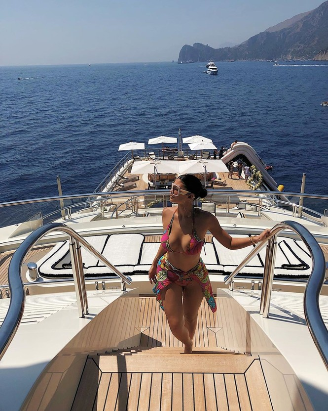 Hậu bị chê già, Kylie Jenner nhảy từ du thuyền cao hơn 21m xuống biển - ảnh 10