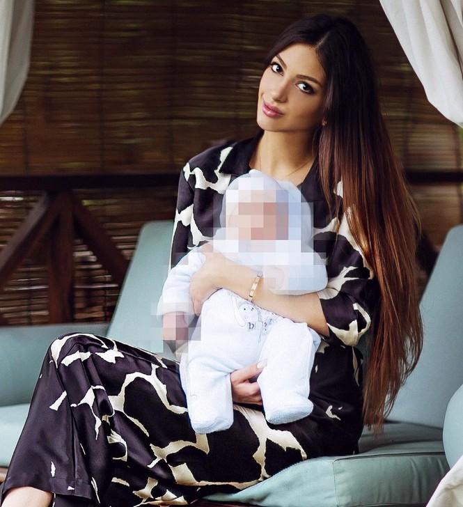 Ly hôn cựu vương Malaysia, Hoa hậu Moscow chật vật chăm con, dân mạng 'bủa vây' - ảnh 1