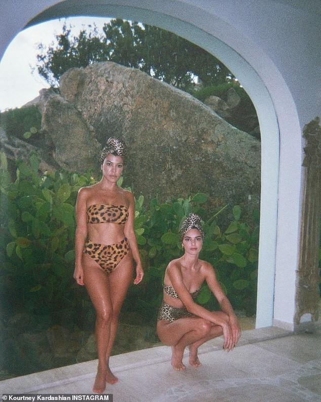 Chị cả 'nấm lùn' nhà Kardashian diện bikini da báo đọ dáng với em gái siêu mẫu - ảnh 1