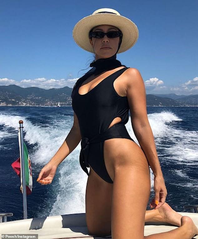 Chị cả 'nấm lùn' nhà Kardashian diện bikini da báo đọ dáng với em gái siêu mẫu - ảnh 4