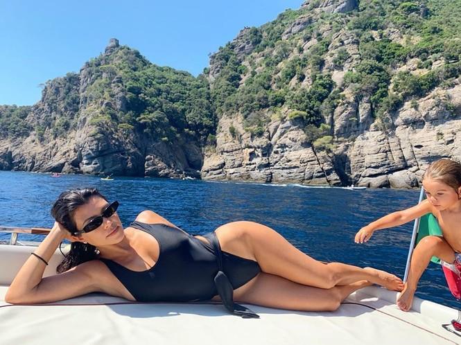 Chị cả 'nấm lùn' nhà Kardashian diện bikini da báo đọ dáng với em gái siêu mẫu - ảnh 5