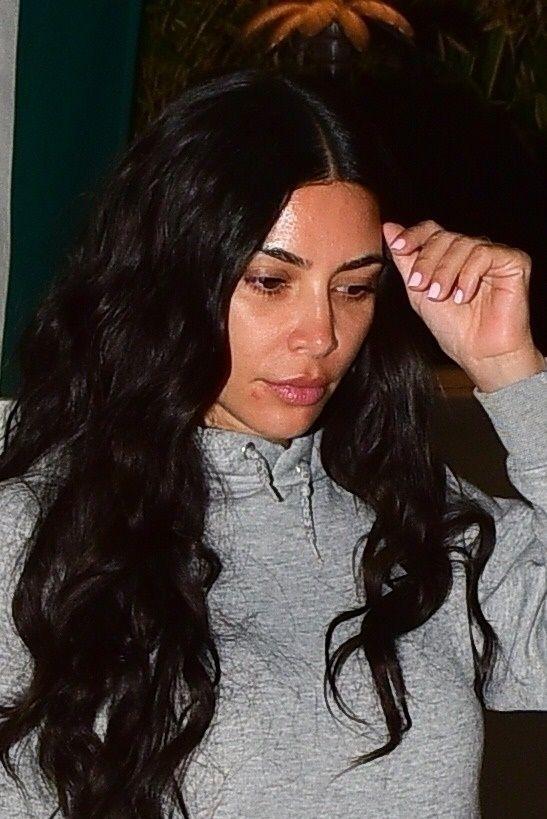 Diện bikini nóng bỏng tắm biển, Kim Kardashian bị đàn lợn 'tấn công' - ảnh 5