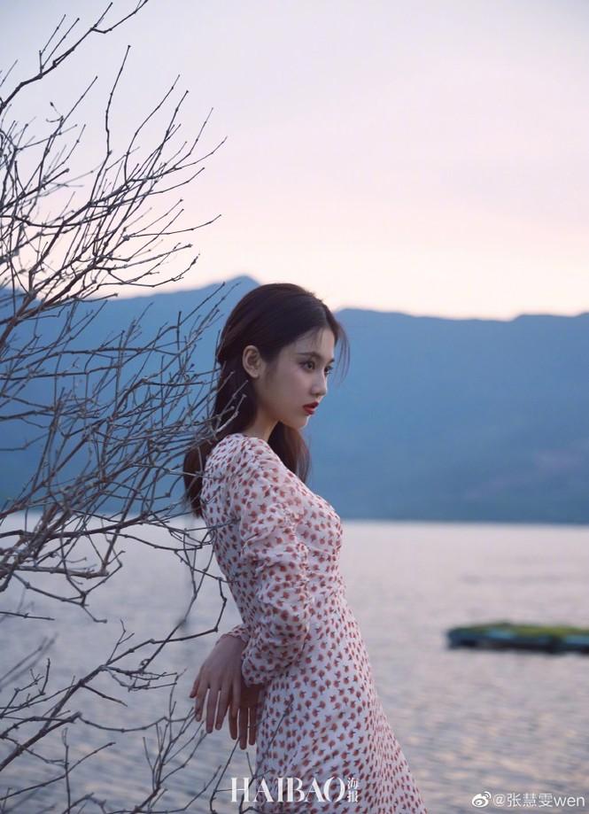 'Nàng thơ' 9x của Trương Nghệ Mưu đẹp ngất ngây ở Hội An, Quảng Bình - ảnh 7