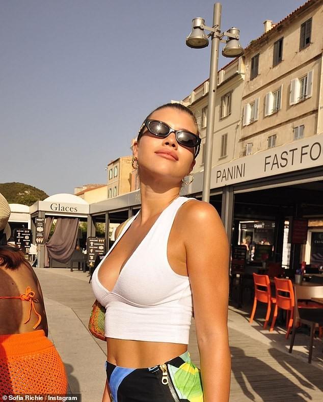 Sofia Richie gợi cảm hết nấc với áo khoét ngực sâu hun hút - ảnh 2