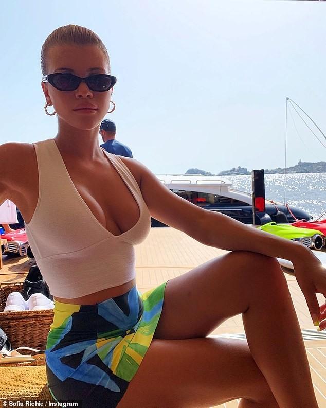 Sofia Richie gợi cảm hết nấc với áo khoét ngực sâu hun hút - ảnh 4