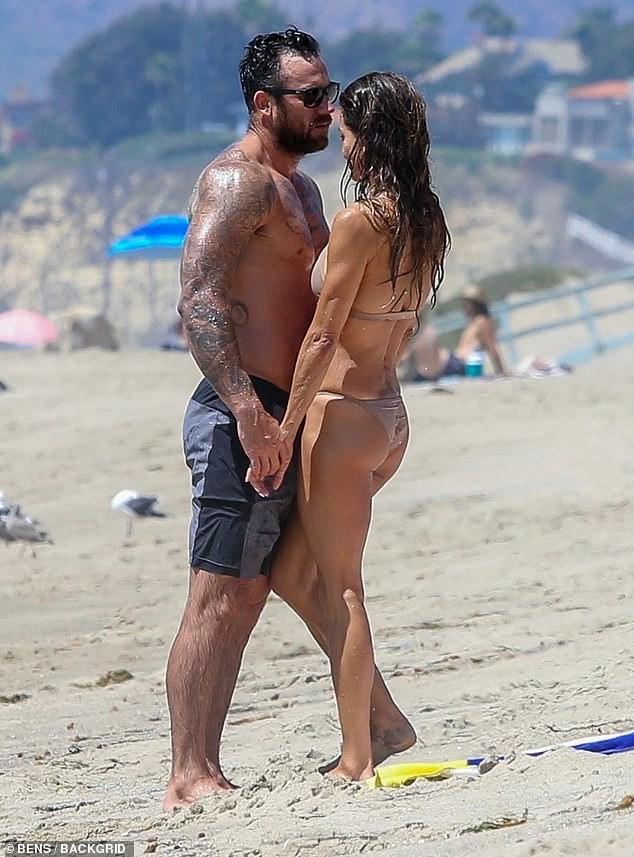 Cựu siêu mẫu Playboy khoe dáng nuột tuổi U50, hôn đắm đuối trai lạ trên bãi biển - ảnh 1