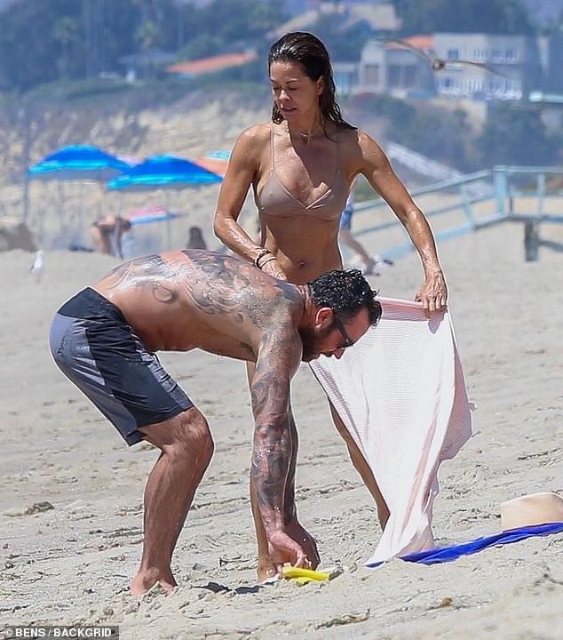 Cựu siêu mẫu Playboy khoe dáng nuột tuổi U50, hôn đắm đuối trai lạ trên bãi biển - ảnh 4