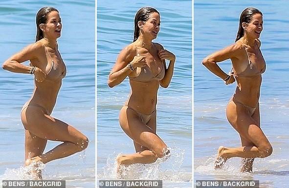 Cựu siêu mẫu Playboy khoe dáng nuột tuổi U50, hôn đắm đuối trai lạ trên bãi biển - ảnh 7