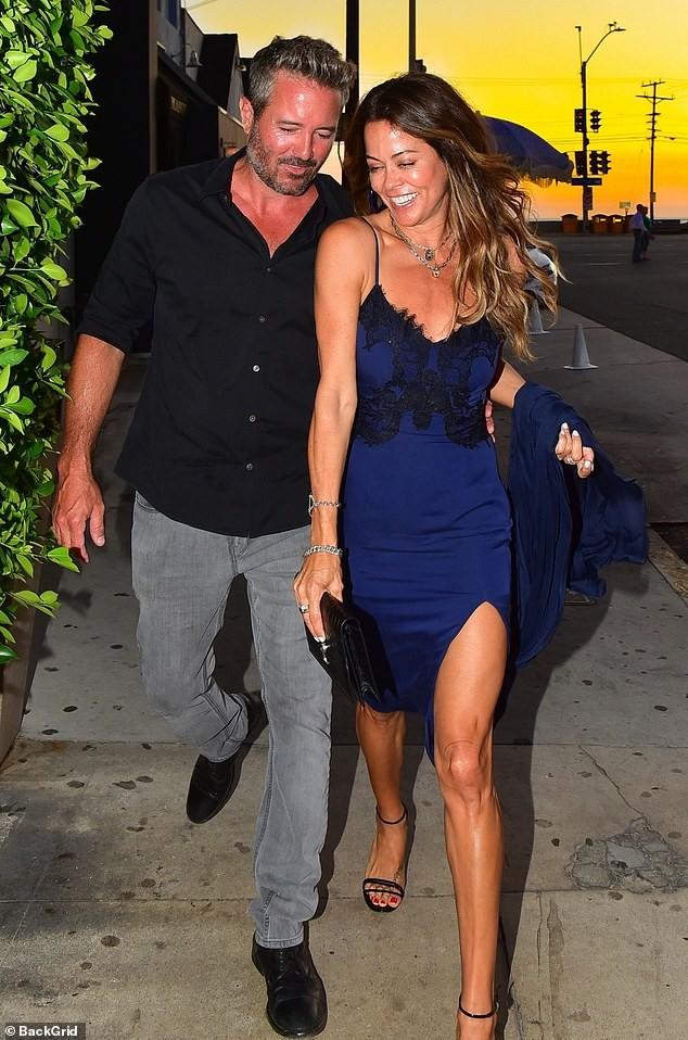 Cựu siêu mẫu Playboy khoe dáng nuột tuổi U50, hôn đắm đuối trai lạ trên bãi biển - ảnh 5