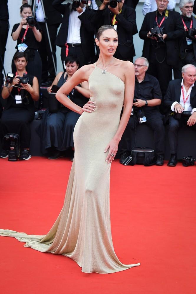 Dàn thiên thần Victoria's Secret diện đầm xuyên thấu, 'hở bạo' trên thảm đỏ - ảnh 3