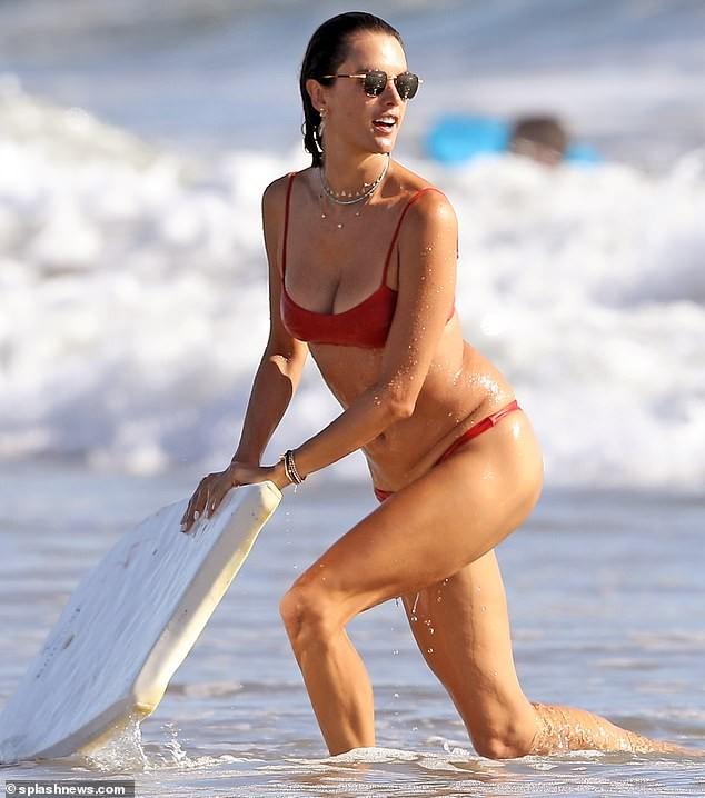 Đi tắm biển mà như chụp họa báo, Alessandra Ambrosio khoe body 'cực phẩm' - ảnh 1