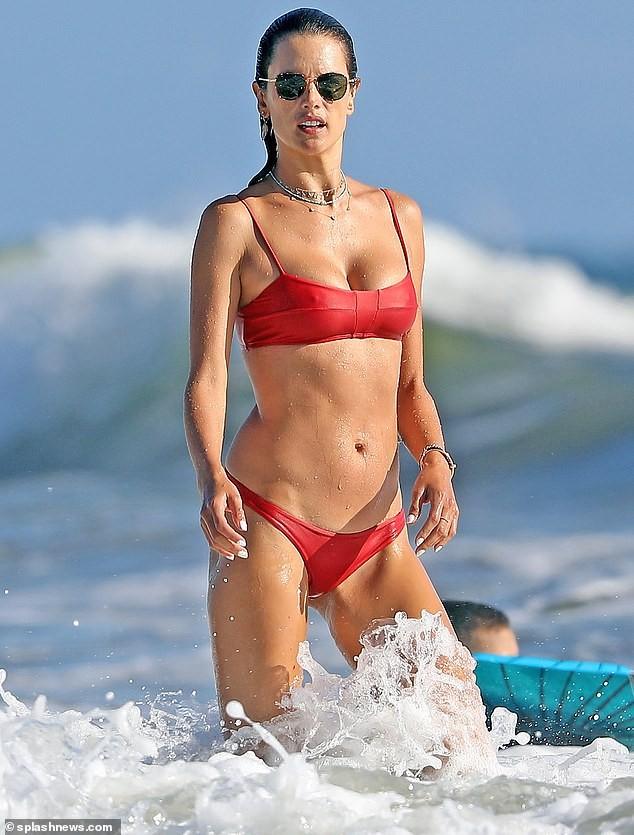 Đi tắm biển mà như chụp họa báo, Alessandra Ambrosio khoe body 'cực phẩm' - ảnh 2