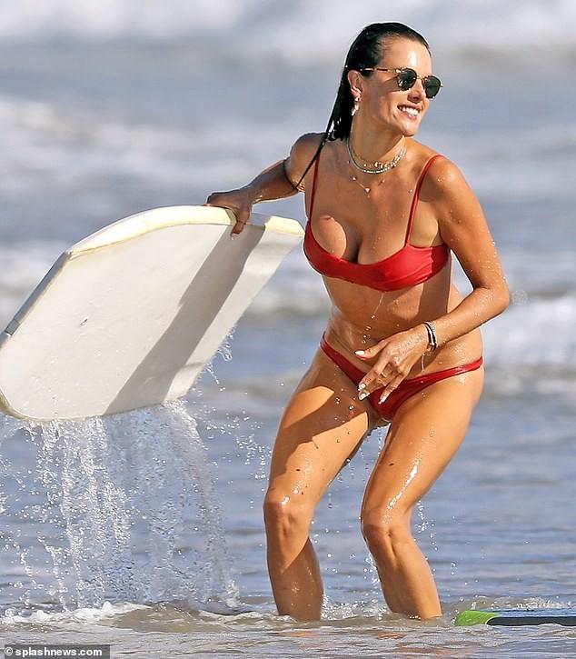Đi tắm biển mà như chụp họa báo, Alessandra Ambrosio khoe body 'cực phẩm' - ảnh 3
