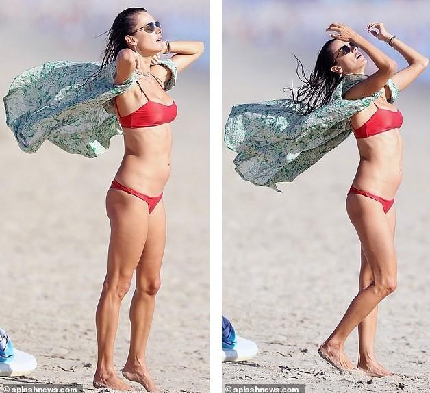 Đi tắm biển mà như chụp họa báo, Alessandra Ambrosio khoe body 'cực phẩm' - ảnh 8