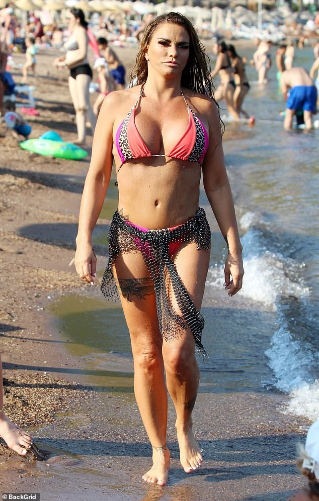 'Thảm họa thẩm mỹ nước Anh' diện bikini để lộ vết sẹo dài hậu giảm size ngực - ảnh 1