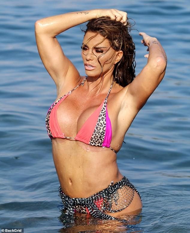 'Thảm họa thẩm mỹ nước Anh' diện bikini để lộ vết sẹo dài hậu giảm size ngực - ảnh 2