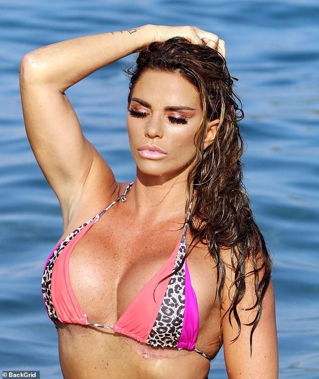 'Thảm họa thẩm mỹ nước Anh' diện bikini để lộ vết sẹo dài hậu giảm size ngực - ảnh 3