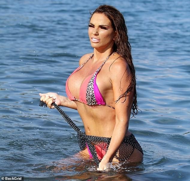 'Thảm họa thẩm mỹ nước Anh' diện bikini để lộ vết sẹo dài hậu giảm size ngực - ảnh 6
