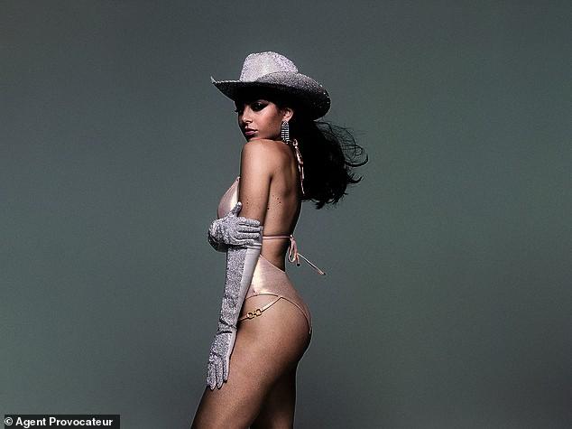 Charli XCX tung ảnh Giáng sinh sớm, hoá cowgirl 'bốc lửa' với nội y - ảnh 4