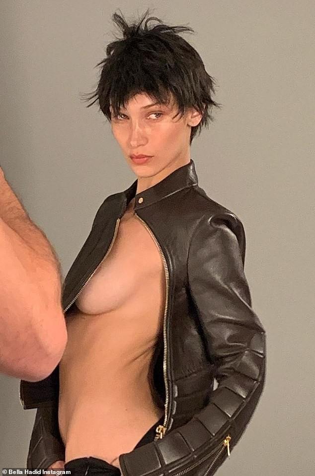 'Nóng mặt' Bella Hadid phanh áo lộ ngực trần trong hậu trường chụp ảnh - ảnh 1