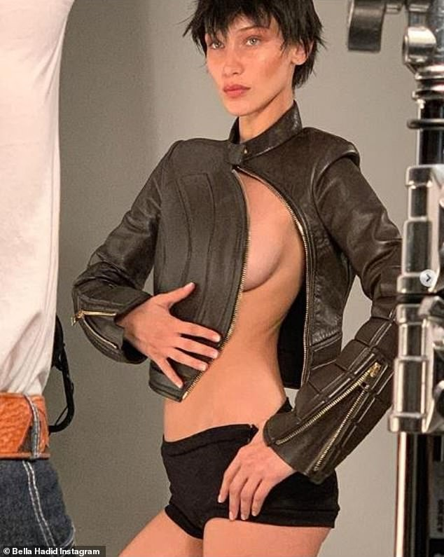 'Nóng mặt' Bella Hadid phanh áo lộ ngực trần trong hậu trường chụp ảnh - ảnh 2