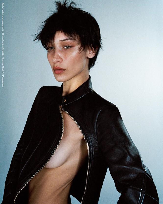 'Nóng mặt' Bella Hadid phanh áo lộ ngực trần trong hậu trường chụp ảnh - ảnh 4