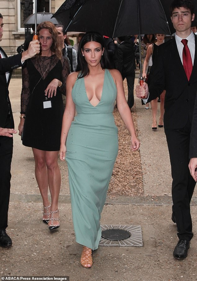 Kim Kardashian cởi áo chỉ cách 'thả rông' nóng bỏng nhất gây sốc - ảnh 6