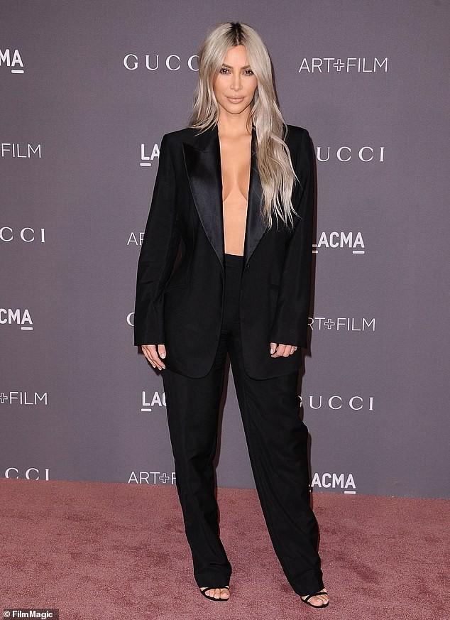 Kim Kardashian cởi áo chỉ cách 'thả rông' nóng bỏng nhất gây sốc - ảnh 7