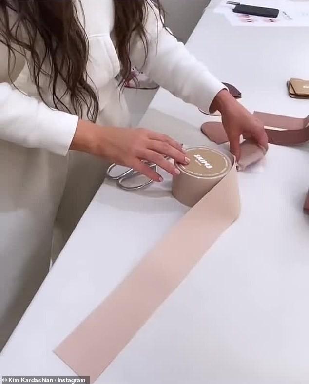 Kim Kardashian cởi áo chỉ cách 'thả rông' nóng bỏng nhất gây sốc - ảnh 8