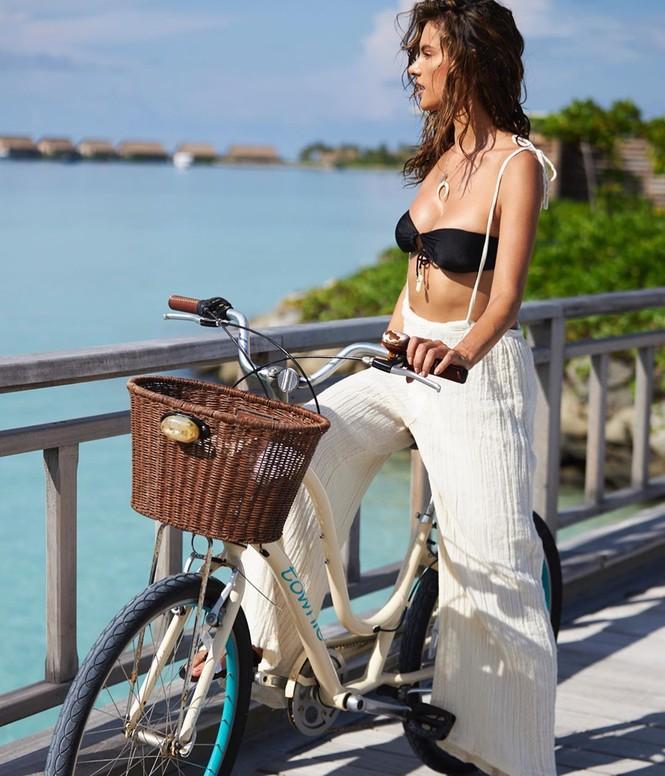 Cựu 'thiên thần' Alessandra Ambrosio mặc nội y đạp xe trên đường - ảnh 3