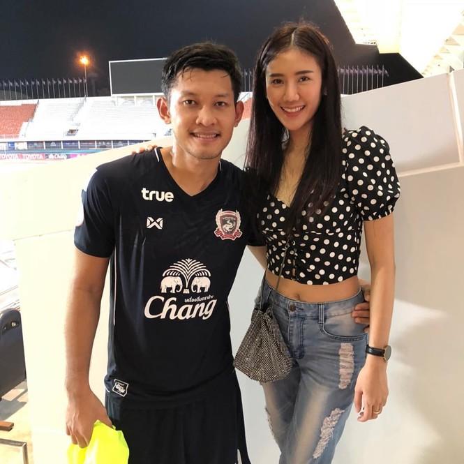 Ngắm dàn WAGs xinh đẹp của tuyển Thái Lan trước trận quyết đấu với Việt Nam - ảnh 14
