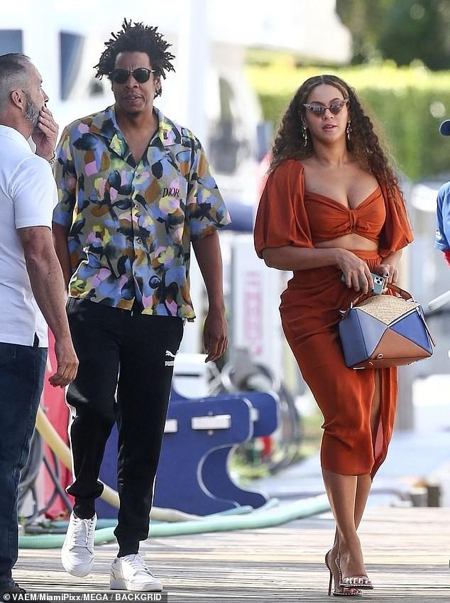 Diện váy hai mảnh khoe ngực 'khủng', Beyonce lộ bụng ngấn mỡ  - ảnh 1