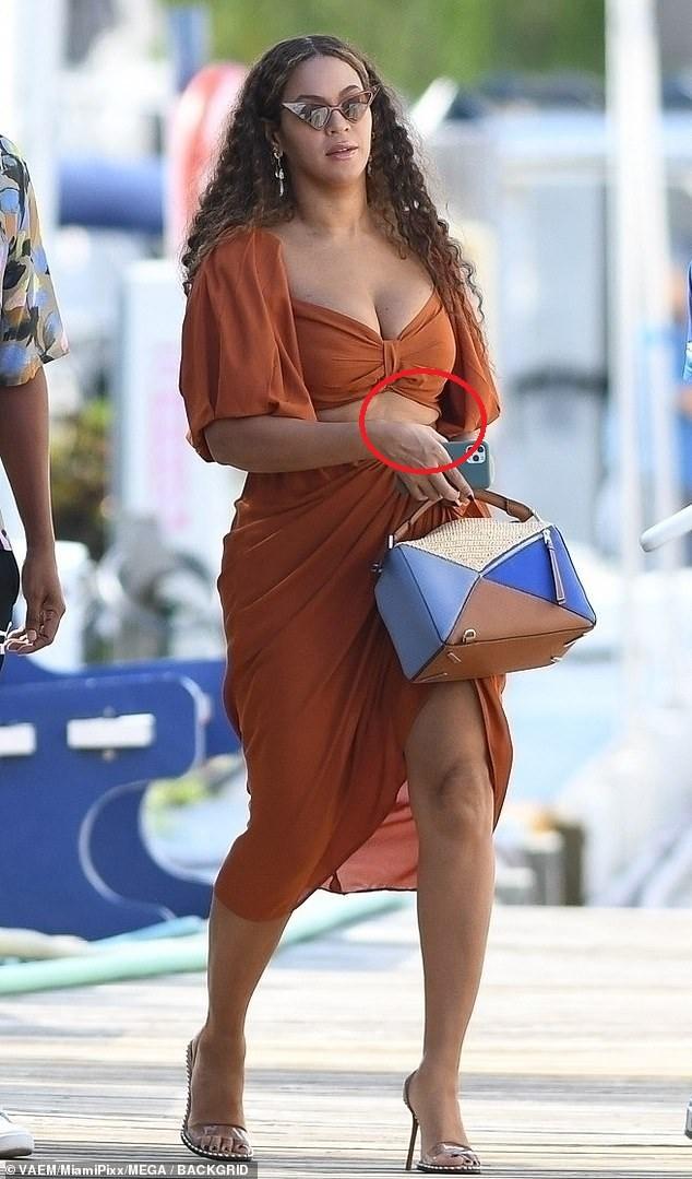 Diện váy hai mảnh khoe ngực 'khủng', Beyonce lộ bụng ngấn mỡ  - ảnh 4