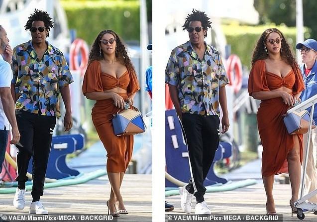 Diện váy hai mảnh khoe ngực 'khủng', Beyonce lộ bụng ngấn mỡ  - ảnh 2