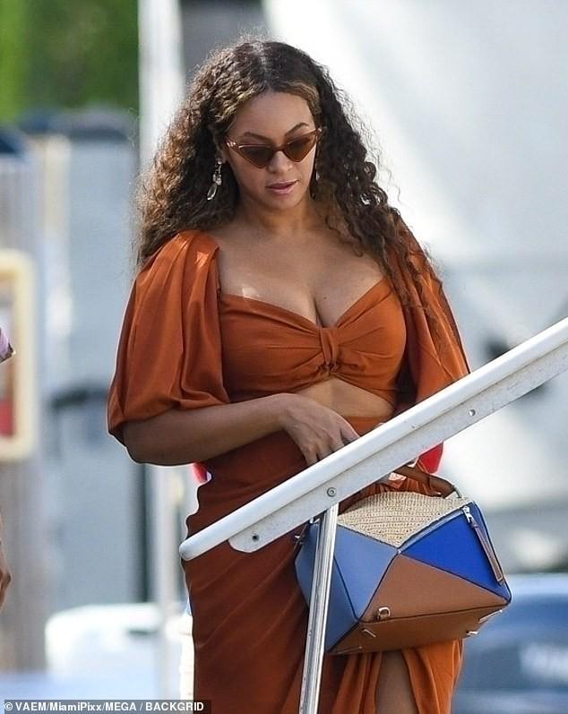 Diện váy hai mảnh khoe ngực 'khủng', Beyonce lộ bụng ngấn mỡ  - ảnh 7