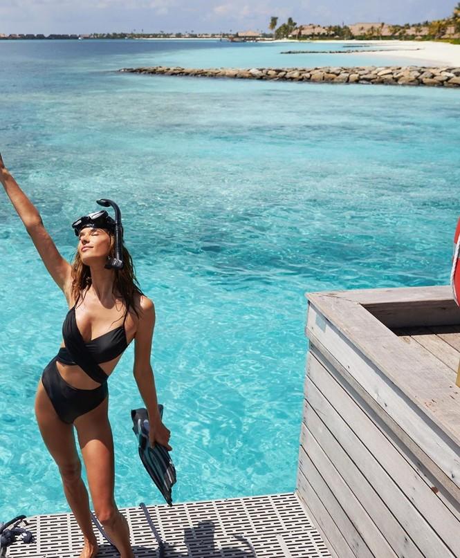 'Thiên thần' Brazil hút hồn với bikini cut-out sexy tại Maldives - ảnh 2